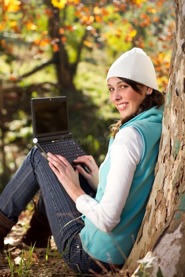 Vrouw die in de herfst werkt royalty-vrije stock afbeelding
