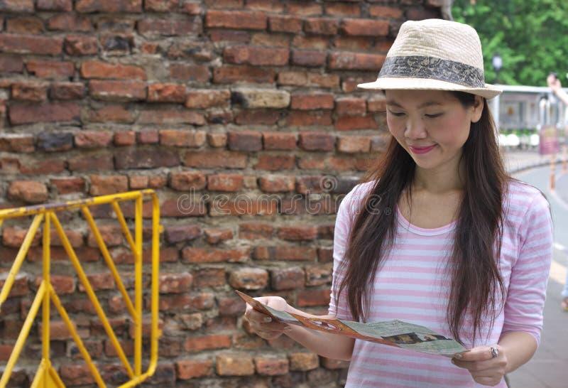 Vrouw die de kaart kijkt stock afbeelding