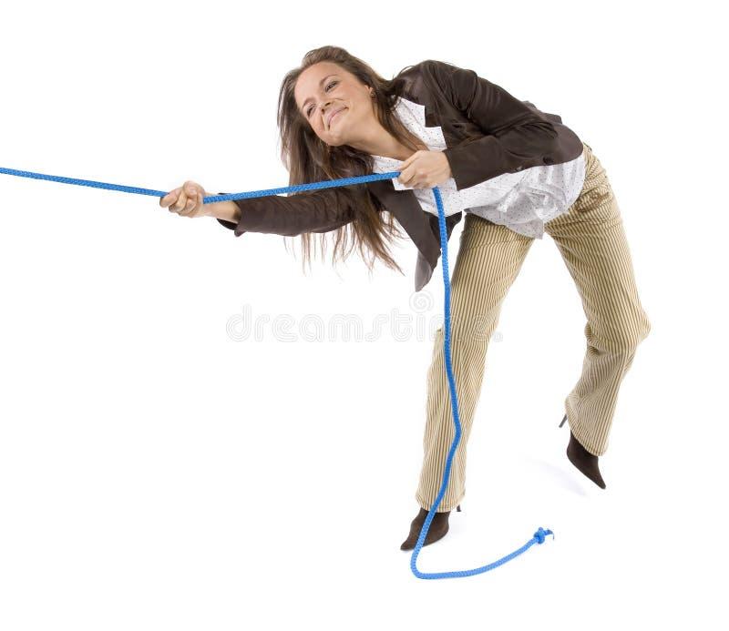 Vrouw die de kabel trekt stock foto