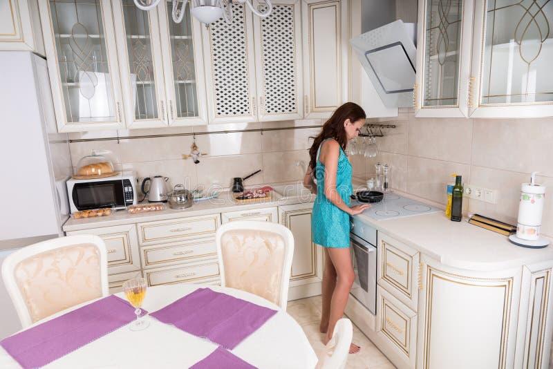 Vrouw die de Keukenbrander voor het Koken voorbereiden stock fotografie