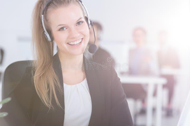 Vrouw die in de klantendienst werken stock fotografie