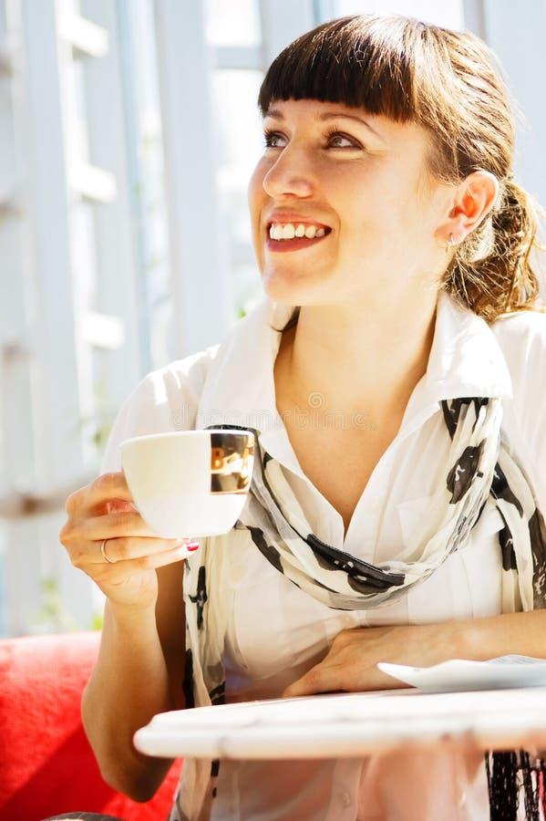 Vrouw die in de koffie rust stock afbeelding