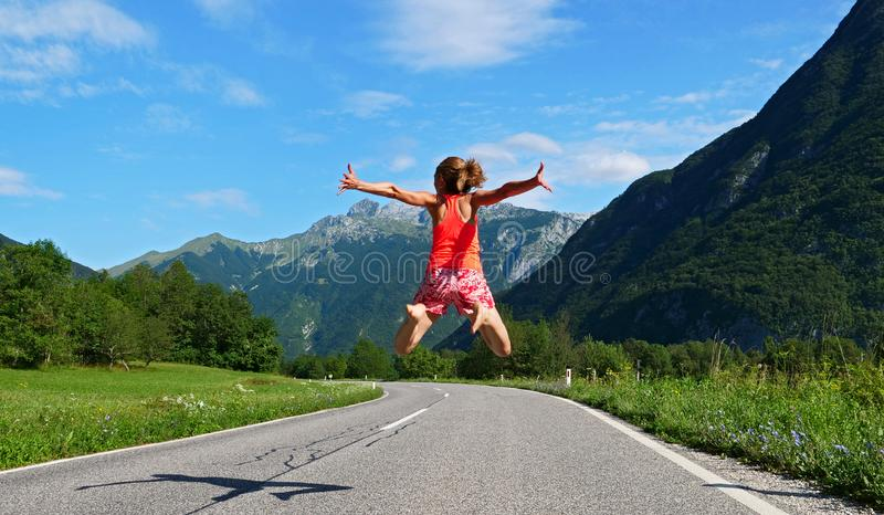 Vrouw die in de lucht in Slovenië springen stock afbeeldingen
