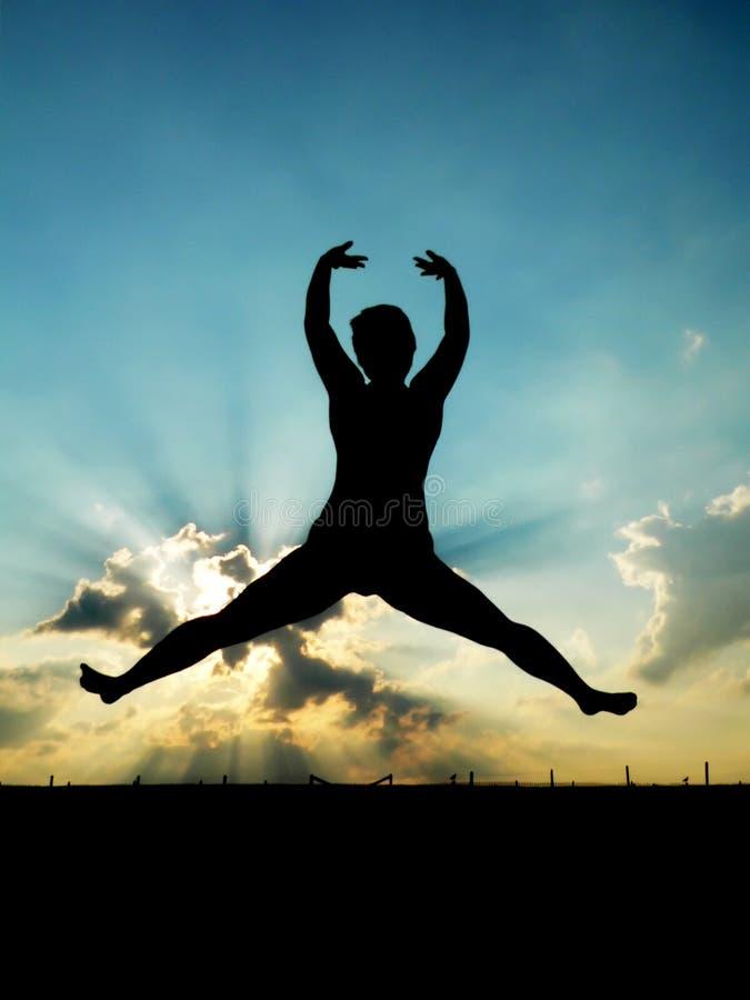 Vrouw die in de lucht springt stock afbeeldingen