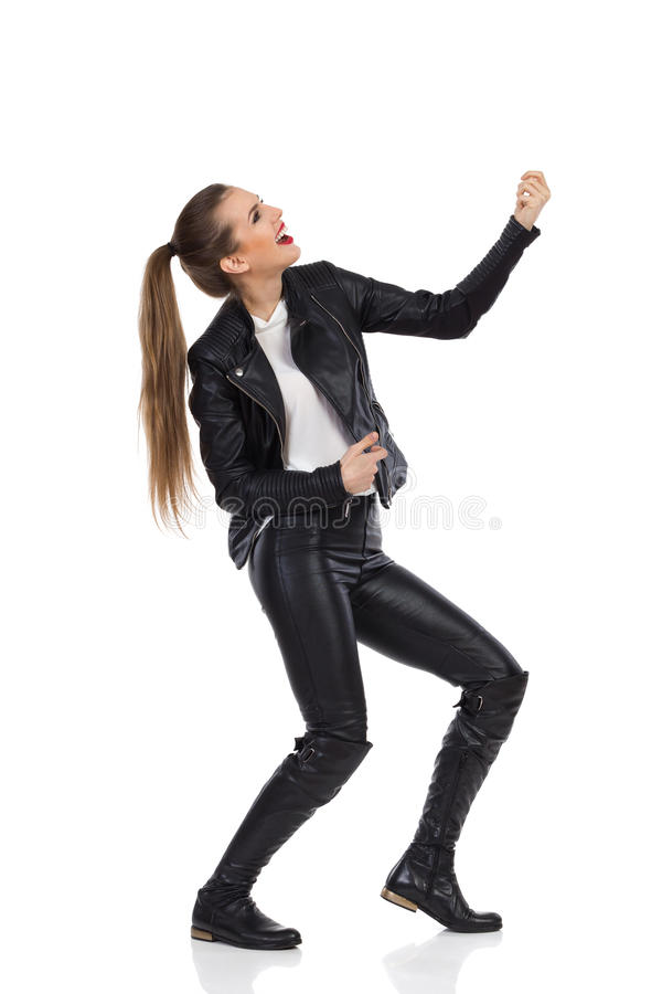 Vrouw die de Luchtgitaar houden stock fotografie