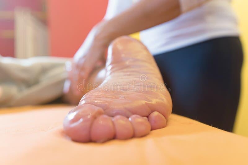 Vrouw die de massage van de sportenvoet in Kuuroordsalon hebben royalty-vrije stock foto