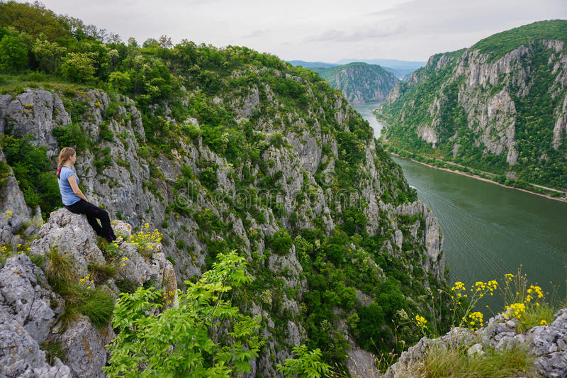 Vrouw die de mening boven de rivier van Donau, Roemenië bewonderen royalty-vrije stock foto's
