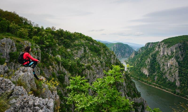 Vrouw die de mening boven de rivier van Donau, Roemenië bewonderen stock afbeelding
