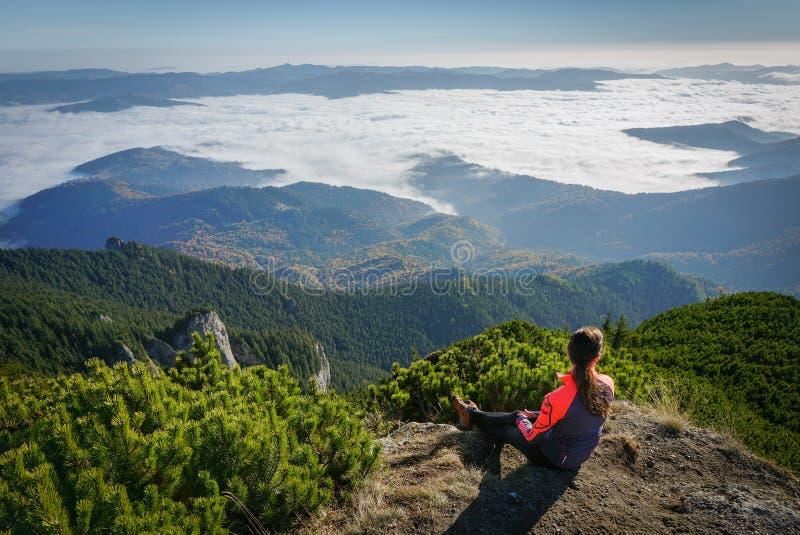 Vrouw die de mening in de bergen bewonderen royalty-vrije stock foto