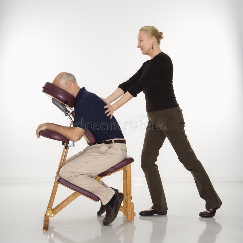 Vrouw die de mens masseert. stock foto's