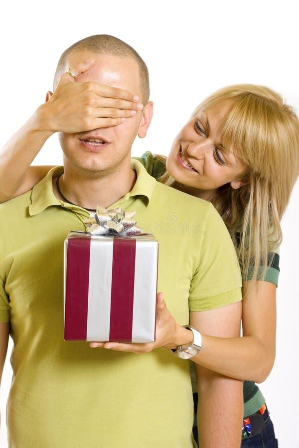 Vrouw die de ogen van haar echtgenoot behandelt om hem te verrassen stock foto