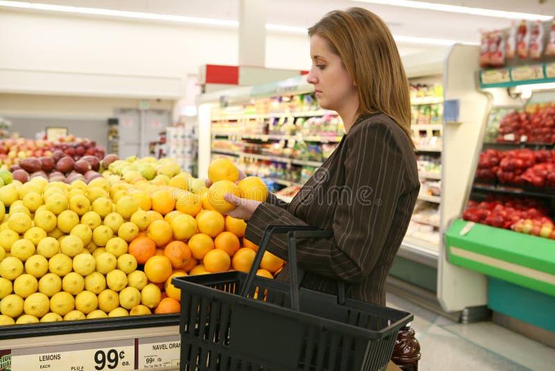 Vrouw die in de Opslag van de Kruidenierswinkel winkelt royalty-vrije stock afbeelding