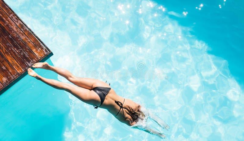 Vrouw die in de pool duiken royalty-vrije stock foto's