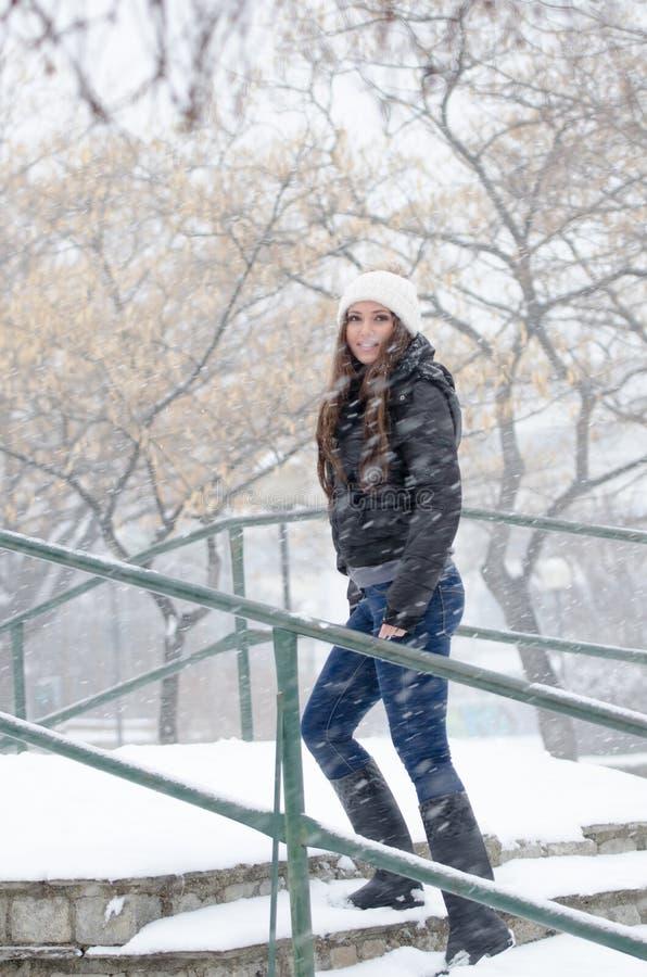 Vrouw die de sneeuwdag joying royalty-vrije stock fotografie