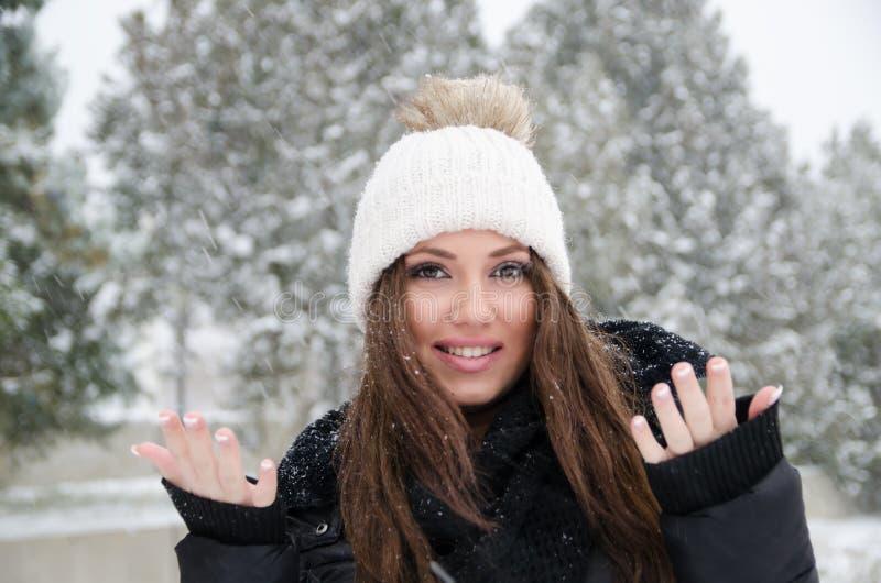 Vrouw die de sneeuwdag joying royalty-vrije stock foto's