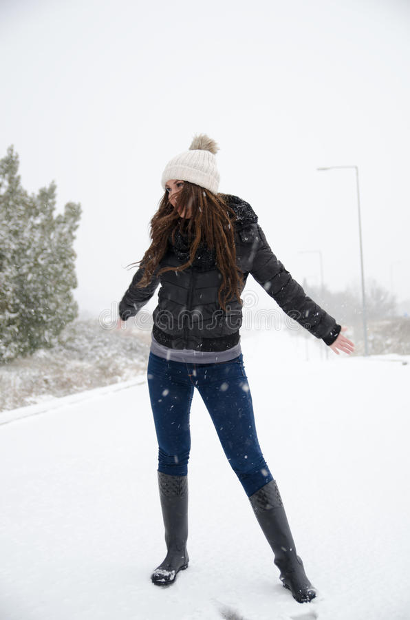 Vrouw die de sneeuwdag joying royalty-vrije stock afbeeldingen