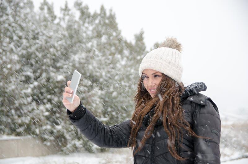 Vrouw die de sneeuwdag joying stock afbeeldingen