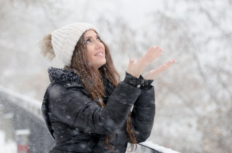 Vrouw die de sneeuwdag joying stock fotografie