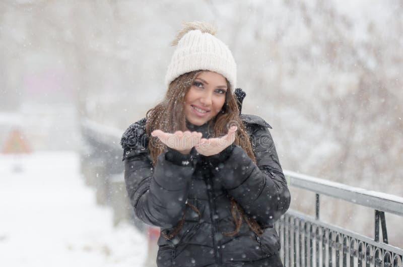 Vrouw die de sneeuwdag joying stock foto's