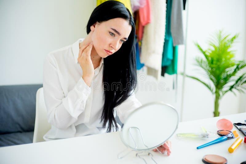 Vrouw die in de spiegel kijkt royalty-vrije stock foto