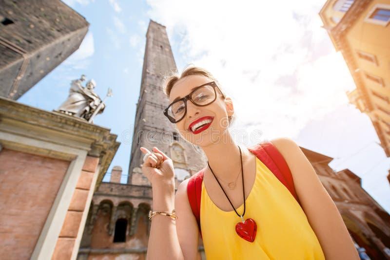 Vrouw die in de stad van Bologna reizen stock foto's