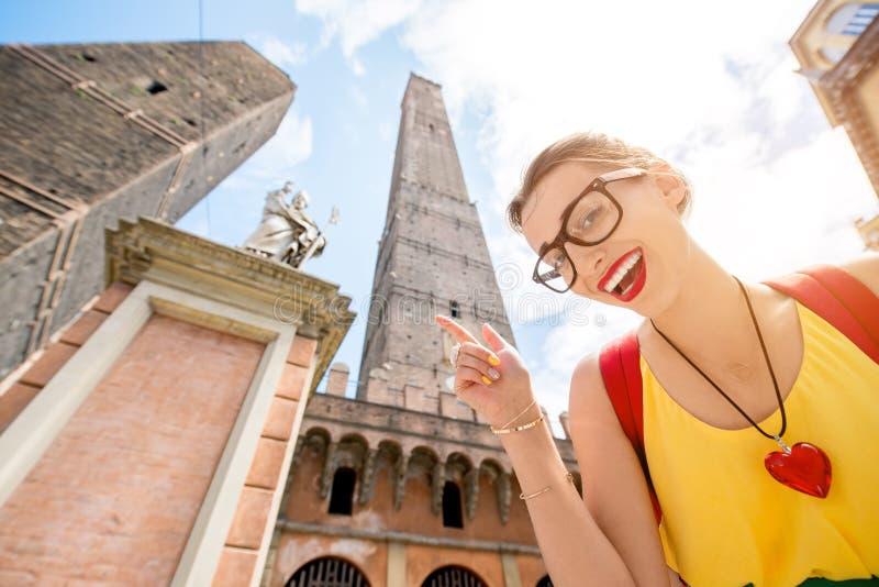 Vrouw die in de stad van Bologna reizen stock foto