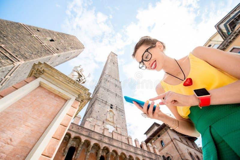 Vrouw die in de stad van Bologna reizen stock fotografie