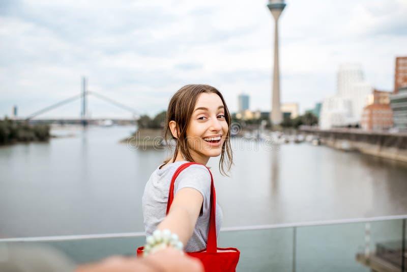 Vrouw die in de stad van Dusseldorf reizen stock foto