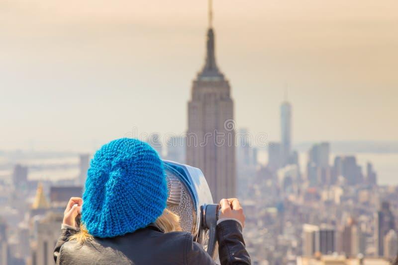 Vrouw die in de Stadspanorama van New York genieten van royalty-vrije stock afbeeldingen