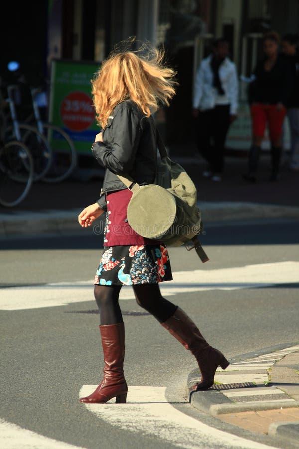 Vrouw die de straat kruist royalty-vrije stock afbeelding
