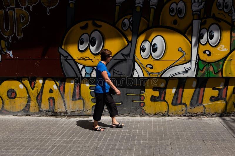 Vrouw die in de straat lopen royalty-vrije stock afbeeldingen
