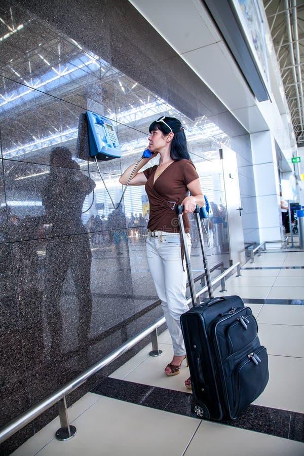 Vrouw die de telefoon uitnodigt stock afbeeldingen