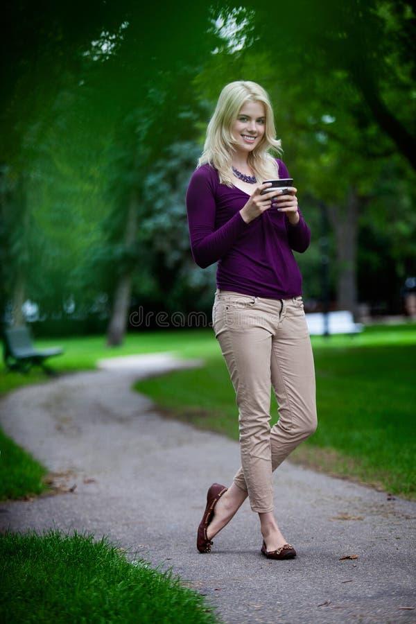 Vrouw die de Telefoon van de Cel met behulp van royalty-vrije stock foto's