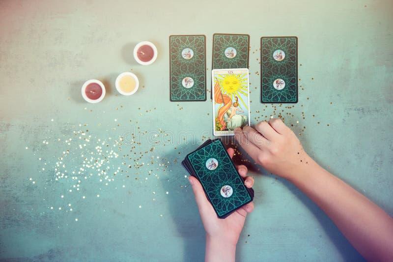 Vrouw die de toekomst en het fortuin in tarotkaarten lezen stock fotografie