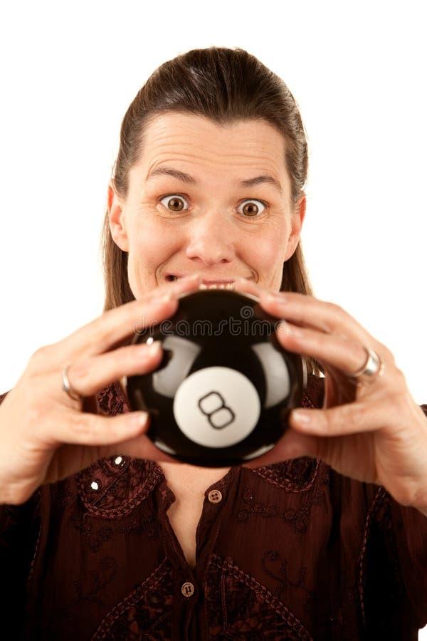 Vrouw die de toekomst van een stuk speelgoed leest eightball royalty-vrije stock afbeelding
