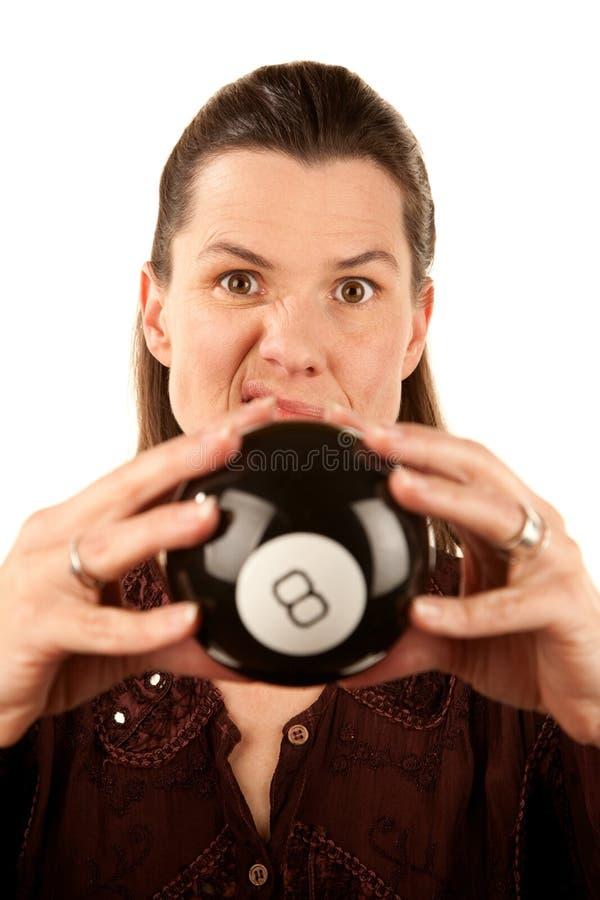 Vrouw die de toekomst van een stuk speelgoed leest eightball stock afbeelding