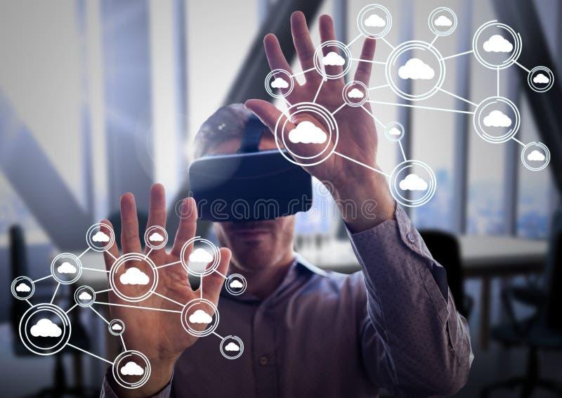 Vrouw die de virtuele van de werkelijkheidshoofdtelefoon en wolk pictogrammen van de gegevensverwerkingsverbinding gebruiken royalty-vrije stock foto's