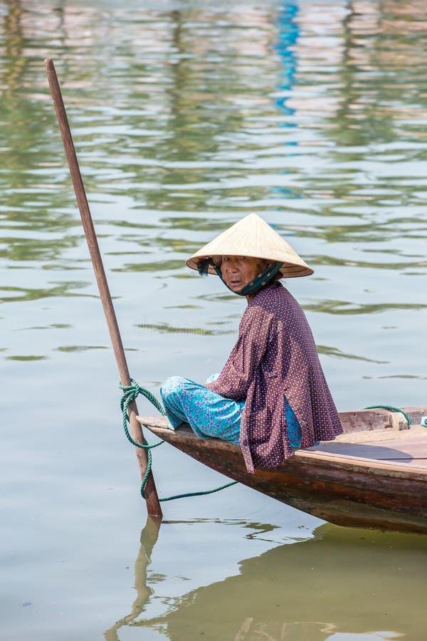 Vrouw die de vissersboot, Vietnam drijven royalty-vrije stock afbeeldingen