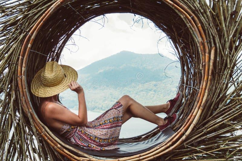 Vrouw die de wereld reizen stock foto's