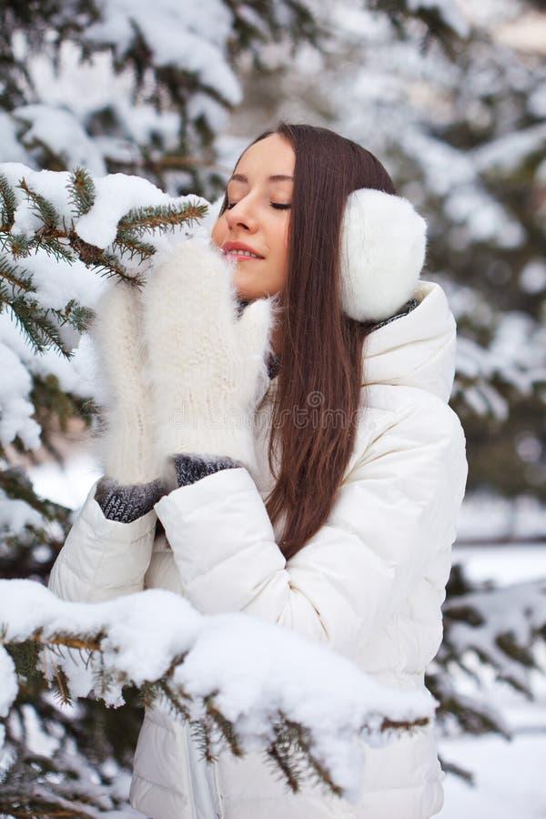 Vrouw die in de winterpark lopen stock foto
