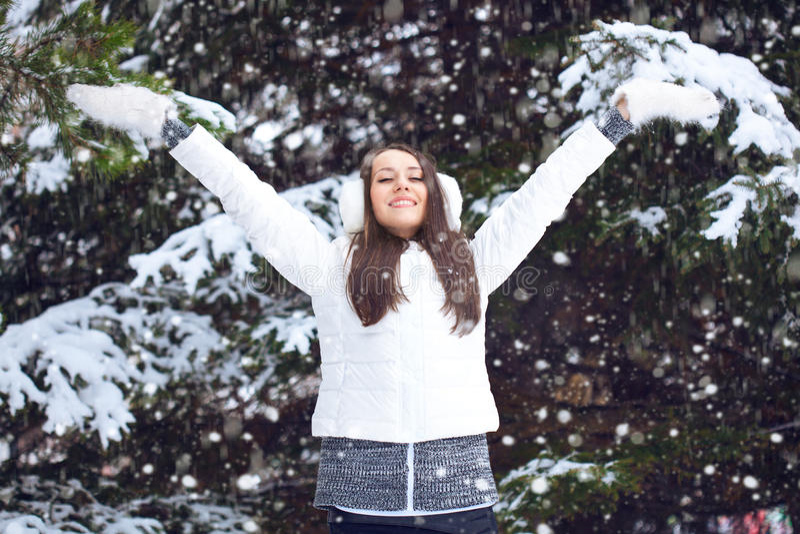 Vrouw die in de winterpark lopen royalty-vrije stock fotografie