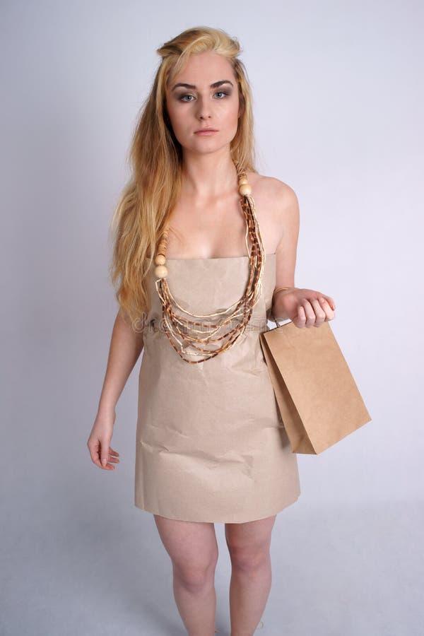 Vrouw die de zak van de holdingseco van de ecokleding draagt royalty-vrije stock afbeeldingen