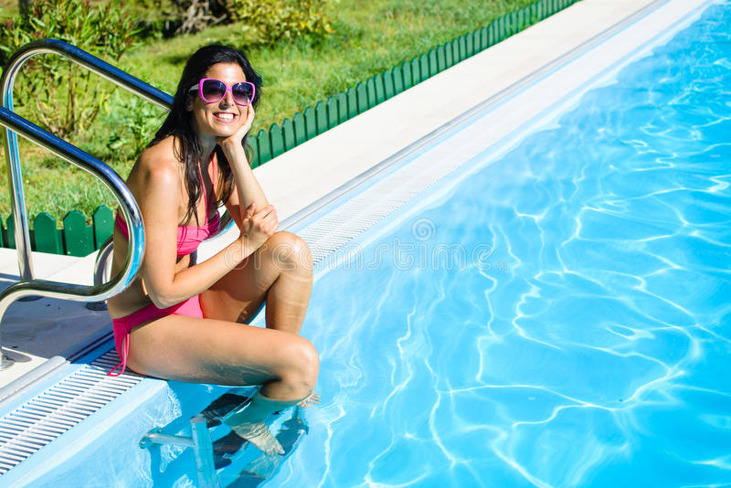 Vrouw die de zomer van vakantie geniet bij zwembad royalty-vrije stock afbeelding