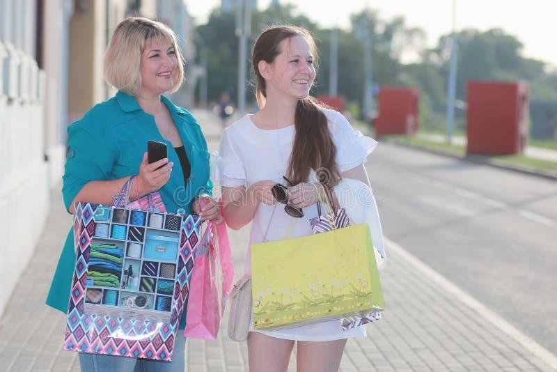 Vrouw die in de zomer winkelen royalty-vrije stock afbeeldingen