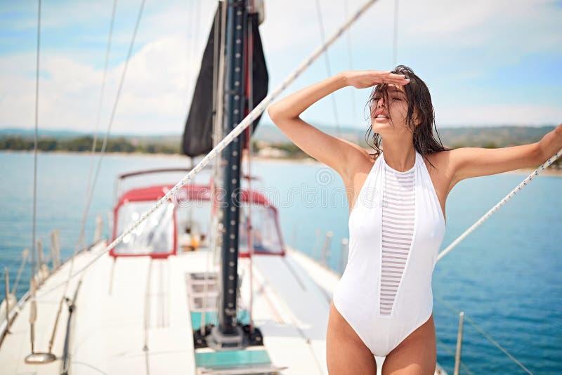 Vrouw die in de zomerdagen op het luxejacht genieten van royalty-vrije stock afbeelding