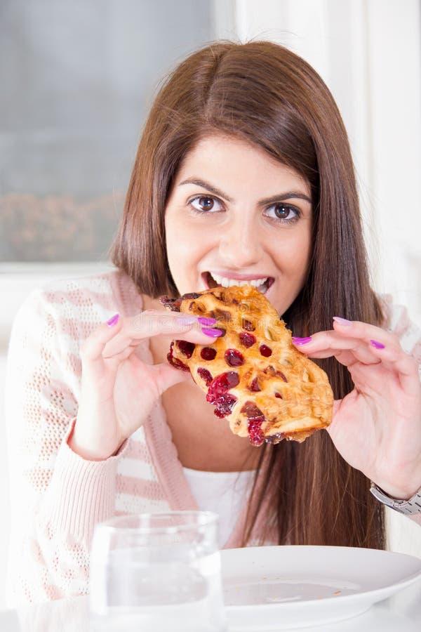 Vrouw die dessert eten royalty-vrije stock afbeelding