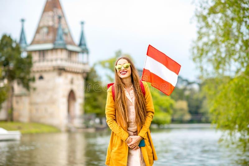 Vrouw die dichtbij het Oostenrijkse kasteel reizen stock afbeeldingen