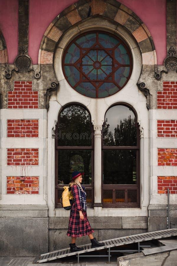 Vrouw die dichtbij Oosten Uitdrukkelijk station lopen in Istanboel stock afbeelding