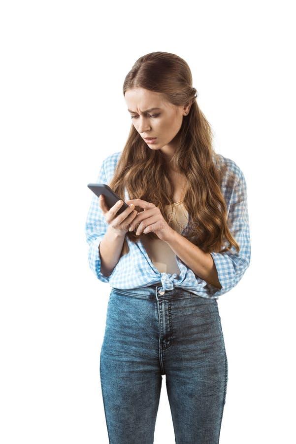 Vrouw die digitale die smartphone gebruiken op wit wordt geïsoleerd royalty-vrije stock afbeeldingen