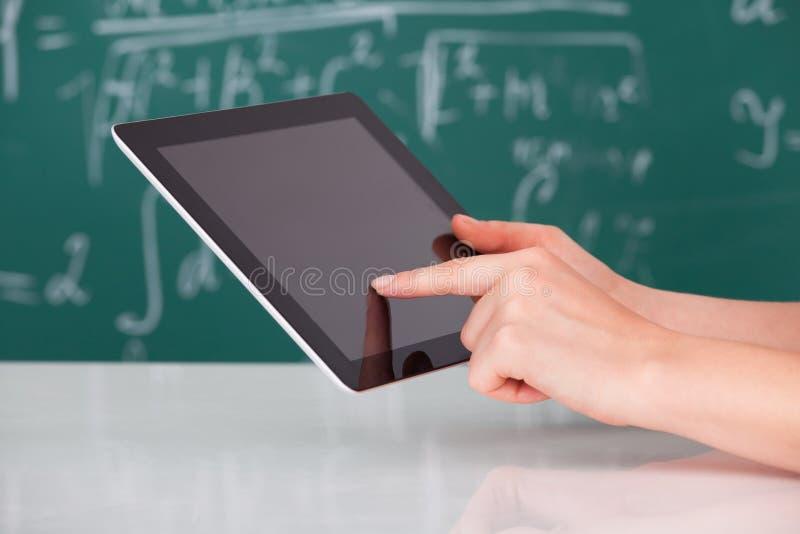 Vrouw die digitale tablet in klaslokaal gebruiken royalty-vrije stock afbeelding